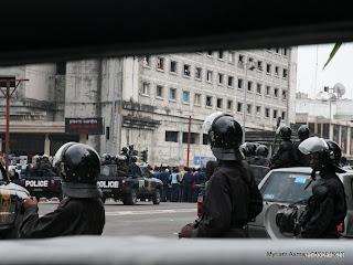 Police anti émeute sur le Boulevard du 30 juin, Kinshasa, 2006.