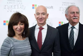 Bezos (tỷ phú chủ hãng Amazon hiện nay) cùng mẹ ruột và cha kế của mình.