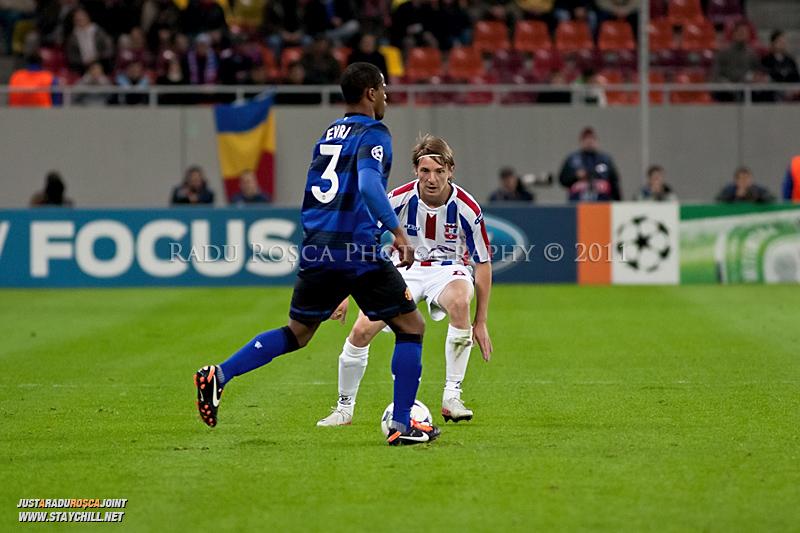 Patrice Evra (3) incearca sa treaca de Liviu Antal in timpul meciului dintre FC Otelul Galati si Manchester United din cadrul UEFA Champions League disputat marti, 18 octombrie 2011 pe Arena Nationala din Bucuresti.
