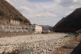 泰阜水力発電所と櫓橋を望む