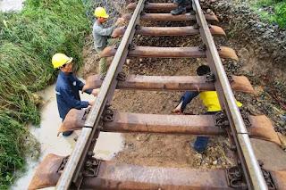 Tại Ninh Thuận, đêm qua, tuyến đường sắt đoạn qua ga Kà Rôm đến ga Phước Nhơn, huyện Ninh Hải bị tê liệt do ngập trong nước, có đoạn sâu gần một mét. Ngoài ra, mưa lớn gây xói mòn đất, sạt lở đường sắt khiến các tàu đi qua đây phải dừng lại vào các ga lân cận tránh chờ thông đường. Hàng trăm hành khách bị mắc kẹt. Lực lượng chức năng đang khắc phục sự cố.