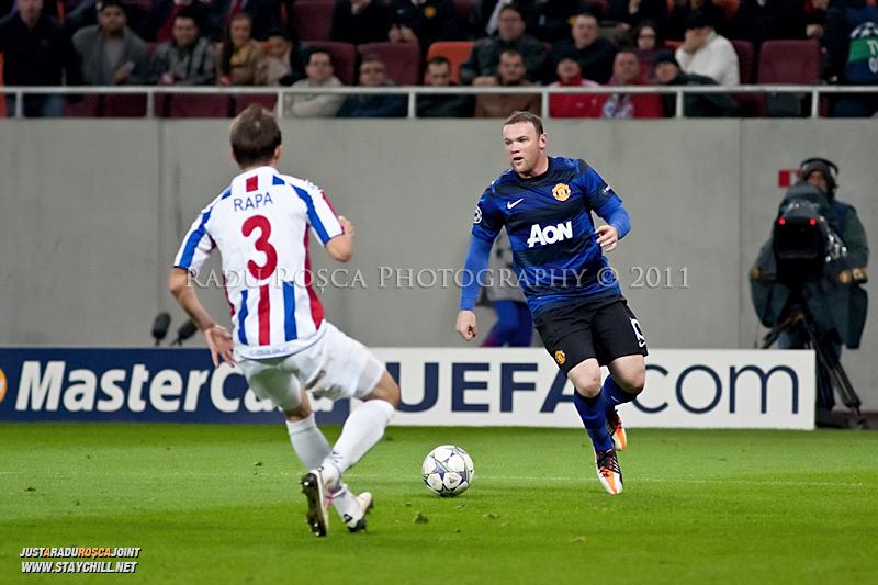 Wayne Rooney aparat de Cornel Rapa (3) in timpul meciului dintre FC Otelul Galati si Manchester United din cadrul UEFA Champions League disputat marti, 18 octombrie 2011 pe Arena Nationala din Bucuresti.