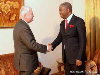 De gauche à droite, Le secrétaire général adjoint de l'Onu en charge des opérations de maintien de la paix, Hervé Ladsous et Le Premier Ministre de la RDC, Adolphe Muzitu le 25/01/2012 à Kinshasa. Radio Okapi/ Ph. John Bompengo