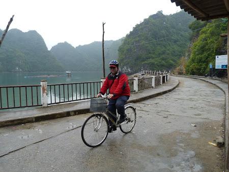 64. pe bicicleta in Cat Ba.JPG