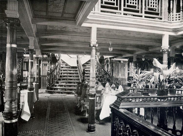 4-SS OCEANA.Escala de bajada al salon y comedor. Foto del libro HAMBURG-AMERIKA LINIE. NORDLAND-FAHRTEN.jpg