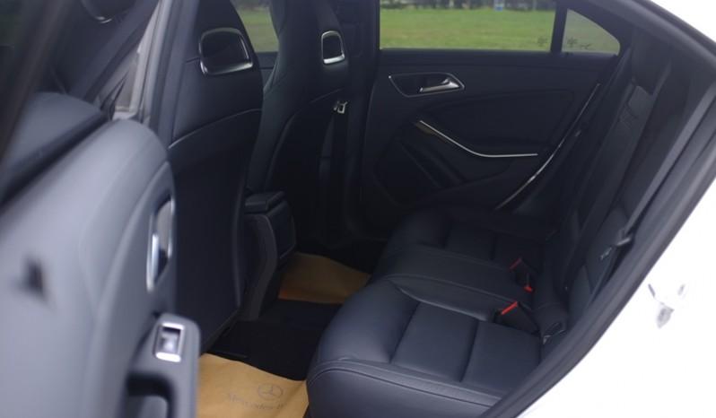 Nội thất xe Mercedes Benz CLA250 cũ 2014 màu trắng 04