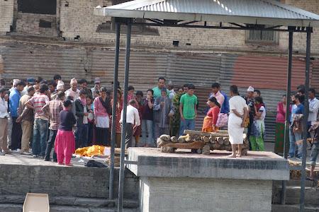 Imagini Kathmandu: pregatirea de incinerare