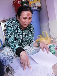 Bà Lê Thị Thơ từng là một giám đốc công ty kinh doanh bất động sản ở Quận 2, nay phải lưu lạc về giáp mạn huyện Nhà Bè để thuê lại căn nhà năm xưa mình từng bán cho khách hàng, vay mượn tiền đi khiếu kiện.