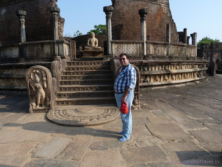 10. statuie Buda la Polonaruwa.JPG