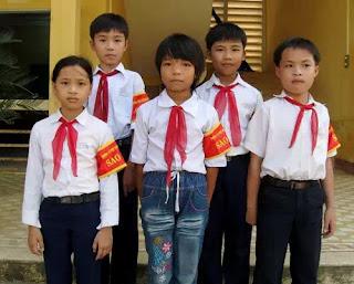 """Đội """"Sao đỏ"""" của một trường tiểu học: Các em đã trở thành """"ác thần ám ảnh"""" với các bạn cùng trường… và xét cho cùng, chính các em cũng là nạn nhân, bị đầu độc bởi lũ người tự xưng là người lớn!"""
