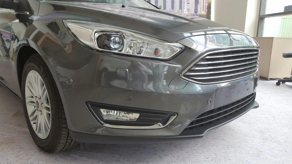 Xe Ford Focus 2018 phiên bản Titanium màu xám 02