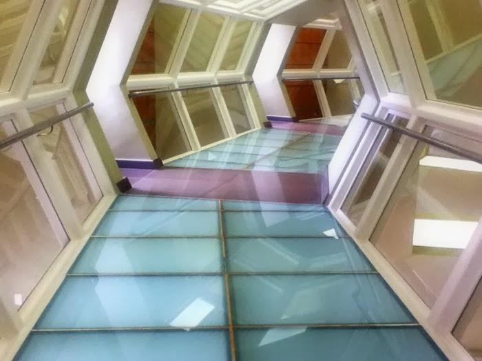 Corredor de vidro no segundo andar
