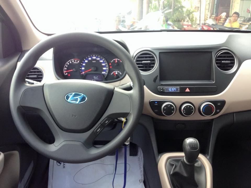 Nội thất xe Hyundai Grand i10 Sedan màu bạc 02