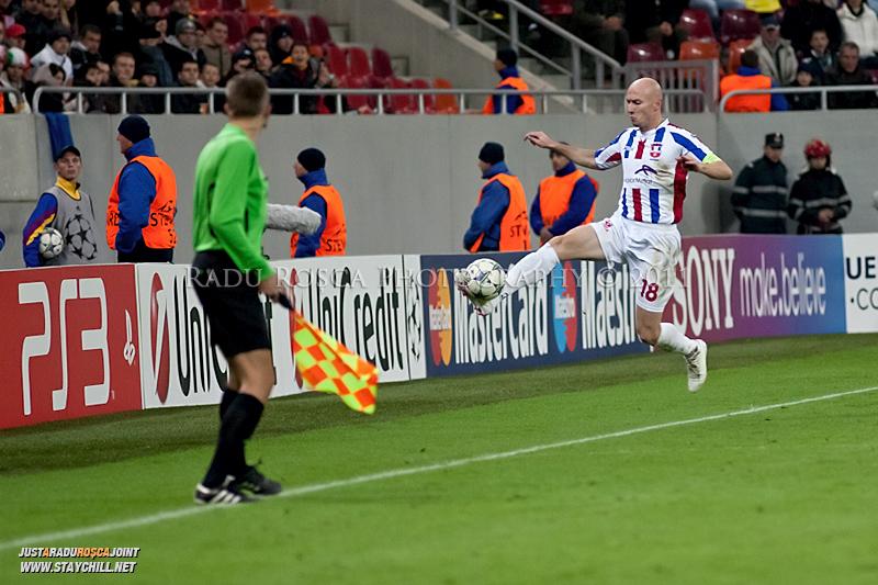 Sergiu Costin incearca sa salveze un balon de a iesi in out in timpul meciului dintre FC Otelul Galati si Manchester United din cadrul UEFA Champions League disputat marti, 18 octombrie 2011 pe Arena Nationala din Bucuresti.