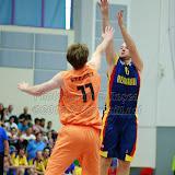 Mihai Silvasan incearca sa inscrie doua puncte din fata lui Robin Smeulders in meciul de calificare la Eurobasket Slovenia 2013, dintre Romania si Olanda disputat in Sala Transilvania din Sibiu, miercuri 15 august 2012.