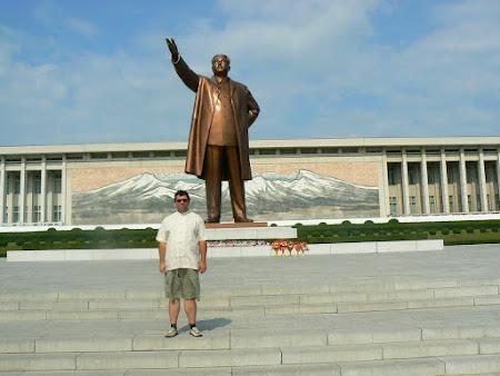 Imagini Coreea de Nord: statuia lui Kim Ir Sen din Pyongyang