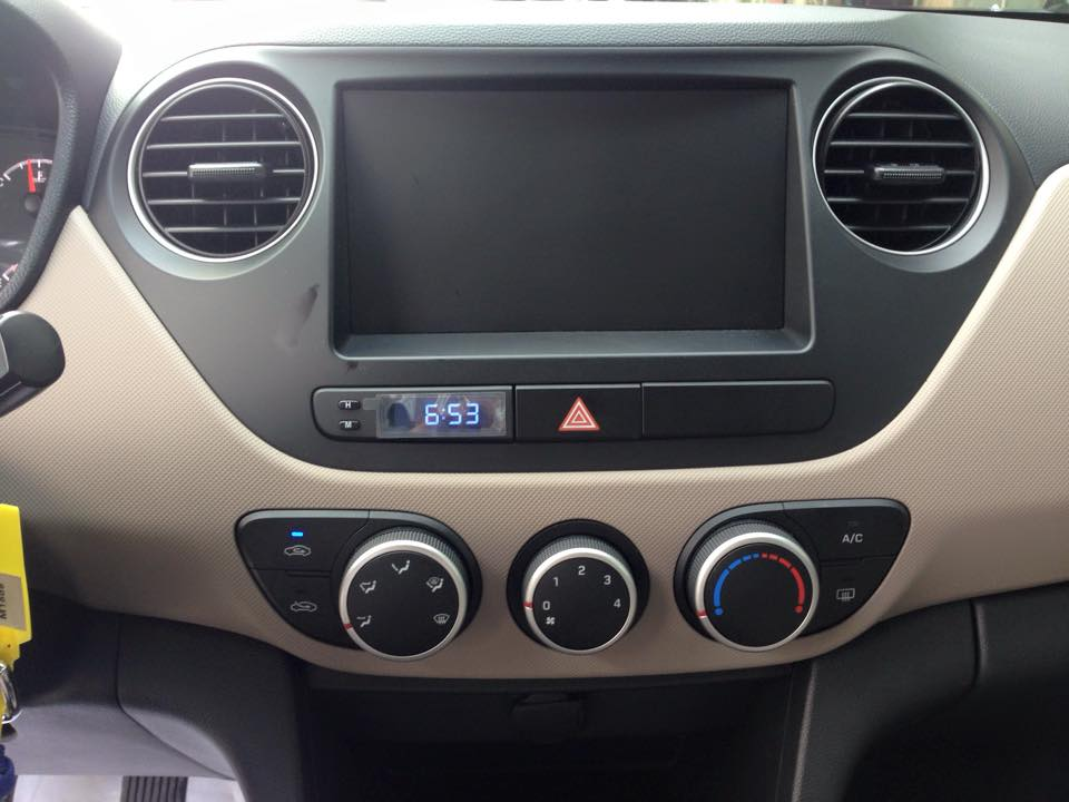 Nội thất xe Hyundai Grand i10 Sedan màu bạc 08
