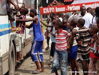 Des enfants le 20/11/2011 à Kinshasa, prennent place à bord d'un bus destiné à la campagne électorale d'un candidat aux élections de 2011 en RDC. Radio Okapi/ Ph. John Bompengo
