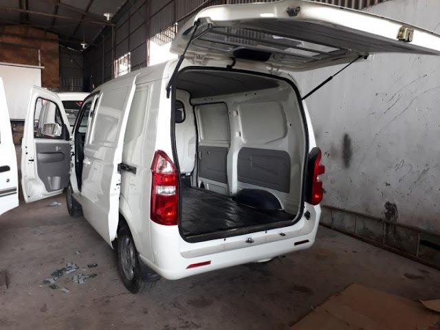 xe bán xe tải 2 chỗ kenbo 950kg có cửa hậu phía sau giúp bốc dỡ hàng hóa lên xuống nhanh hơn.