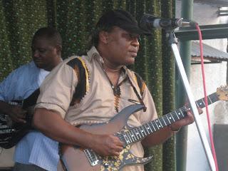 En avant-plan, Barly Baruti, artiste musicien congolais