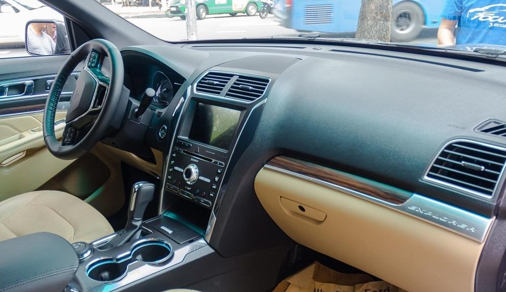 Nội thất xe Ford Explorer Limited 4WD màu xám 08