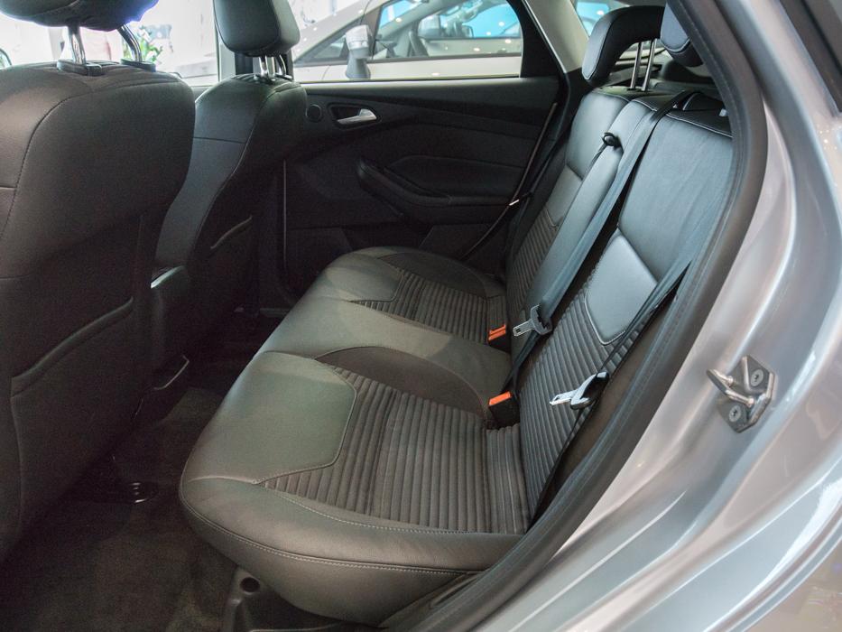 Nội thất xe ô tô Ford Focus màu bạc 09