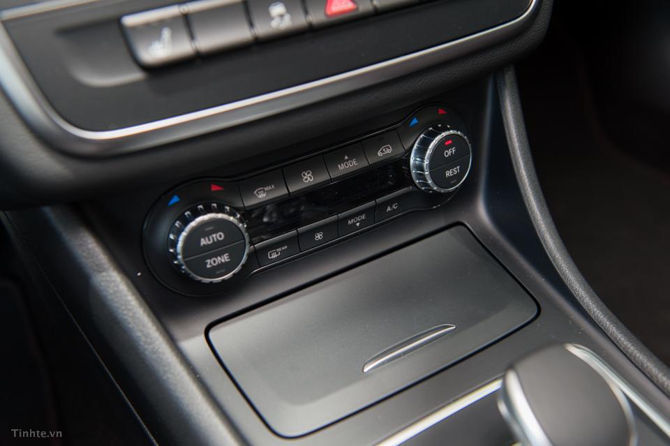 Nội thất xe Mercedes Benz GLA45 AMG 4Matic màu trắng 010