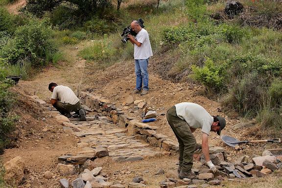 Brigada del Parc Natural Serra de Montsant arreglant el camí de l'ermita de Santa Magdalena. Filmació de TV3 pel programa El medi ambient. Ulldemolins, Priorat, Tarragona
