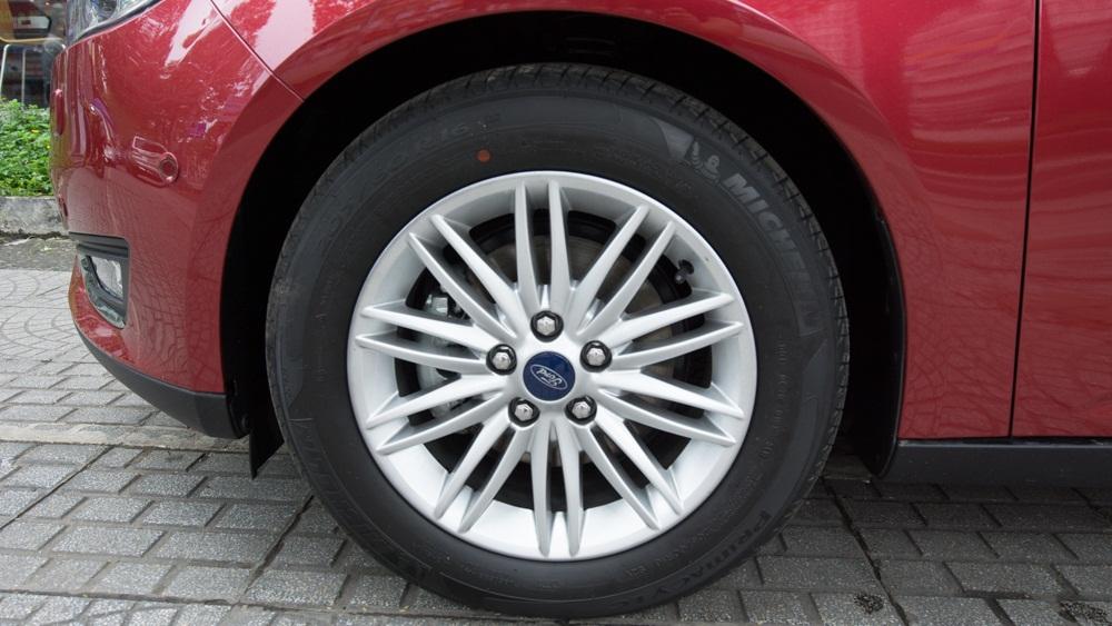 Xe ô tô Ford Focus 2018 màu đỏ 05