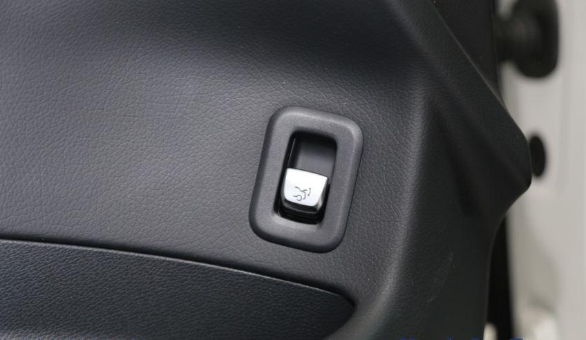 Nội thất xe Mercedes GLC 300 AMG màu đỏ 013