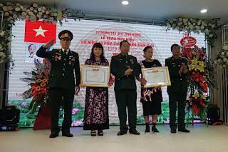 Đoàn 338 trao huy hiệu cho thân nhân liệt sỹ