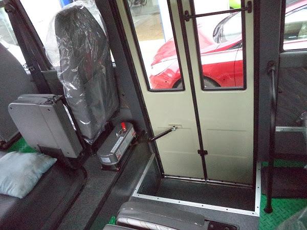 Cửa lên xuống tự động xe khách 29 chỗ Hyundai Đồng Vàng