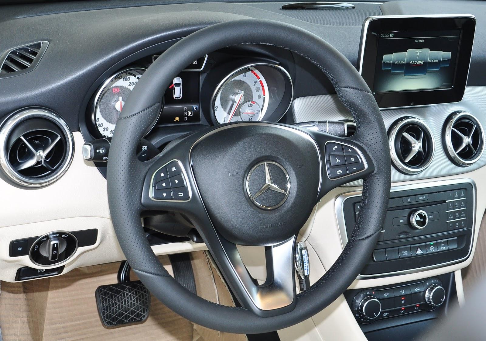 Nội thất xe Mercedes Benz GLA200 màu trắng 02