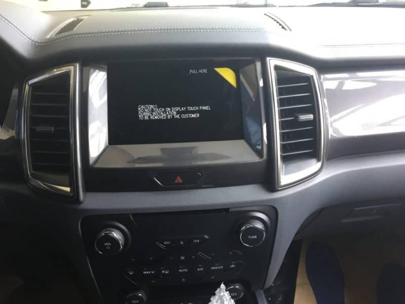 Nội thất xe Ford Everest 7 chỗ 2018 màu đen 03