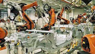 """Xe hơi BMW được các """"cánh tay robot"""" của KUKA lắp ráp."""