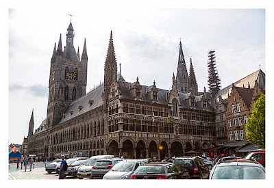 Geocaching in Flandern - Ypern - Platz vor dem Rathaus