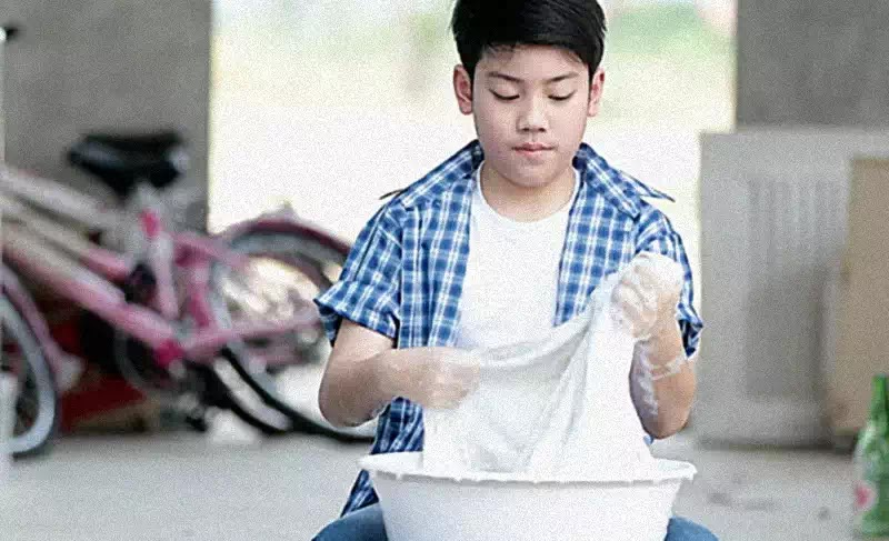 Để cho trẻ tự làm việc nhà là cách giúp trẻ tự lập cuộc sống sau này.