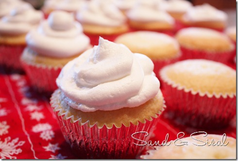 Frost christmas ornament cupcakes