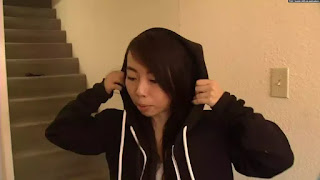 Vy Trần và áo hoodie chống đạn do cô sáng chế.