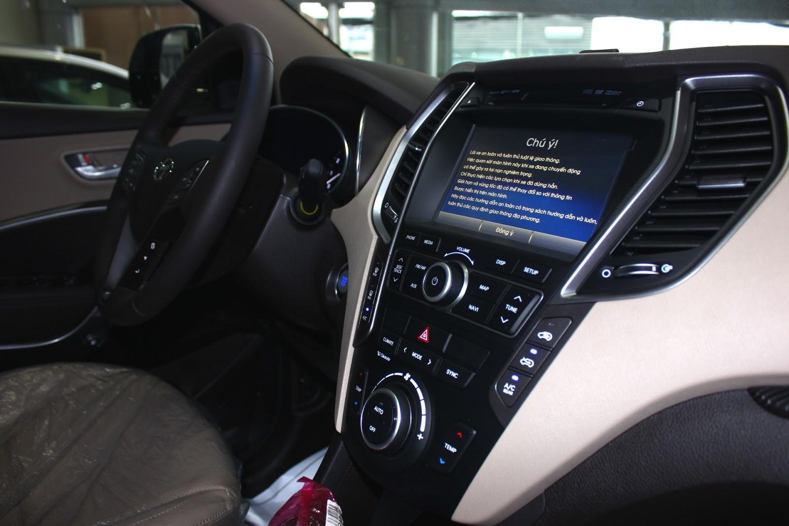 Nội thất xe Hyundai Santafe 7 Chỗ máy xăng màu trắng 05