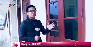 Tác giả bài viết, phóng viên Anh Tuấn, người dẫn hiện trường tại cửa phòng hiệu trưởng My — nơi diễn ra những hành vi đồi bại, 4 ngày trước khi ông My bị bắt tạm giam.