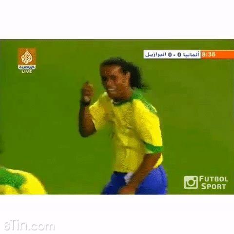 """Ronaldinho từng khiến thủ thành huyền thoại Kahn """"chôn chân"""" với pha"""