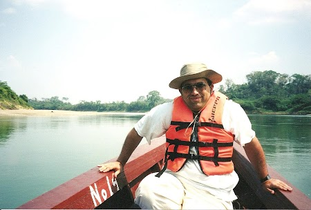28. la Yaxchilan cu barca.JPG