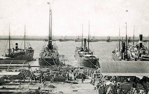 También en Almería la bandera extranjera era mayoritaria. En primer termino el vapor ingles RONDA POSTAL.jpg