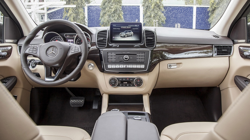 Nội thất xe Mercedes GLE 400 Coupe 4Matic màu trắng 01