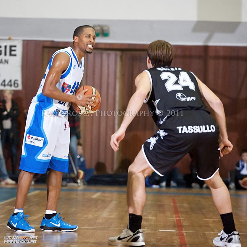 JuJuan Cooley este aparat de Tyler Morris in timpul  partidei dintre BC Mures Tirgu Mures si U Mobitelco Cluj-Napoca din cadrul etapei a sasea la baschet masculin, disputat in data de 3 noiembrie 2011 in Sala Sporturilor din Tirgu Mures.