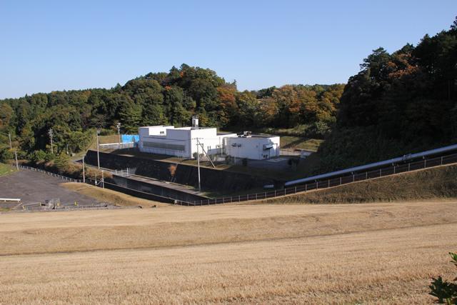 天端より導流部と三重県企業庁水沢浄水場を望む