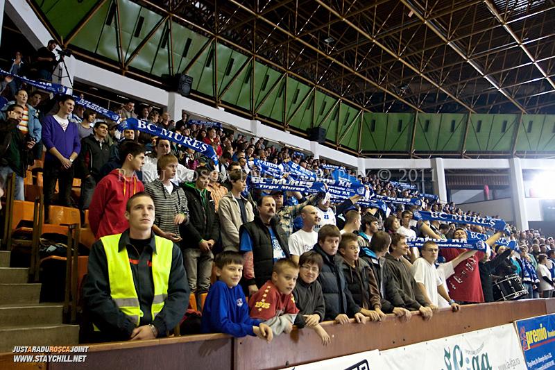 Publicul muresean la intonarea imnului dinaintea inceperii partidei dintre BC Mures Tirgu Mures si U Mobitelco Cluj-Napoca din cadrul etapei a sasea la baschet masculin, disputat in data de 3 noiembrie 2011 in Sala Sporturilor din Tirgu Mures.