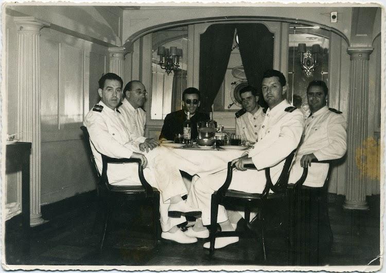 CABO DE BUENA ESPERANZA. 1955. Sobrecargos, telegrafista, capellan y Alumno. Foto remitida por Angel Maruri Larrabe.jpg