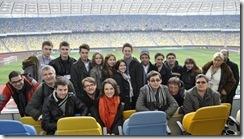 Audiodescritores dos jogos da Eurocopa posam para foto na arquibancada do estádio